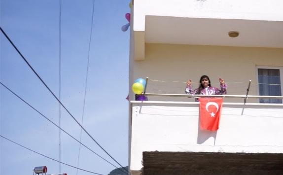 Balıkesirde çocuklar 23 Nisanı balkonlarda zeybek oynayarak kutladı