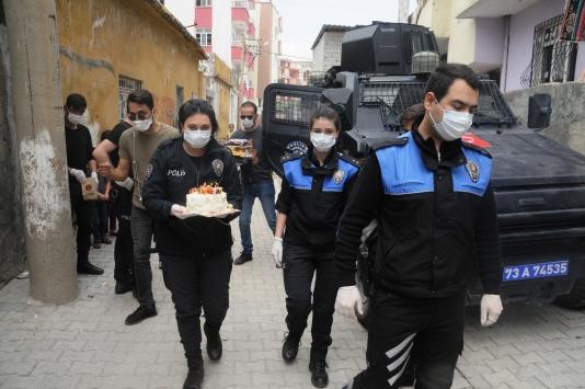 Cizrede polisten 23 Nisanda doğan çocuklara sürpriz kutlama