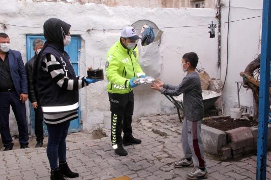 Kayseride polisten 23 Nisanda doğan çocuklara sürpriz kutlama