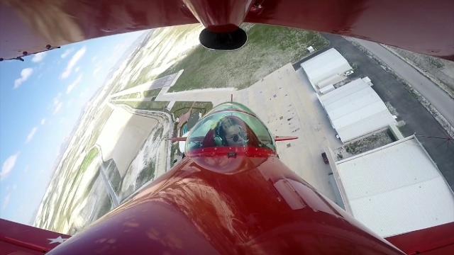 Kadın akrobasi pilotu çocuklar için havalandı