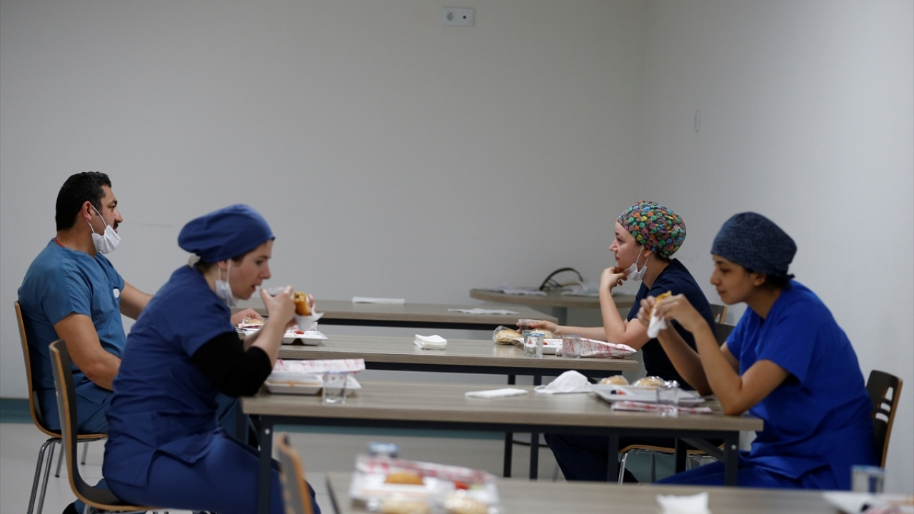 Antalya Eğitim ve Araştırma Hastanesinde, nöbetçi sorumlu hemşire Emel Aslan Canbay, yaptığı açıklamada, 26 yıllık hemşire olduğunu ve mesleğini yapmaktan büyük  mutluluk duyduğunu söyledi.