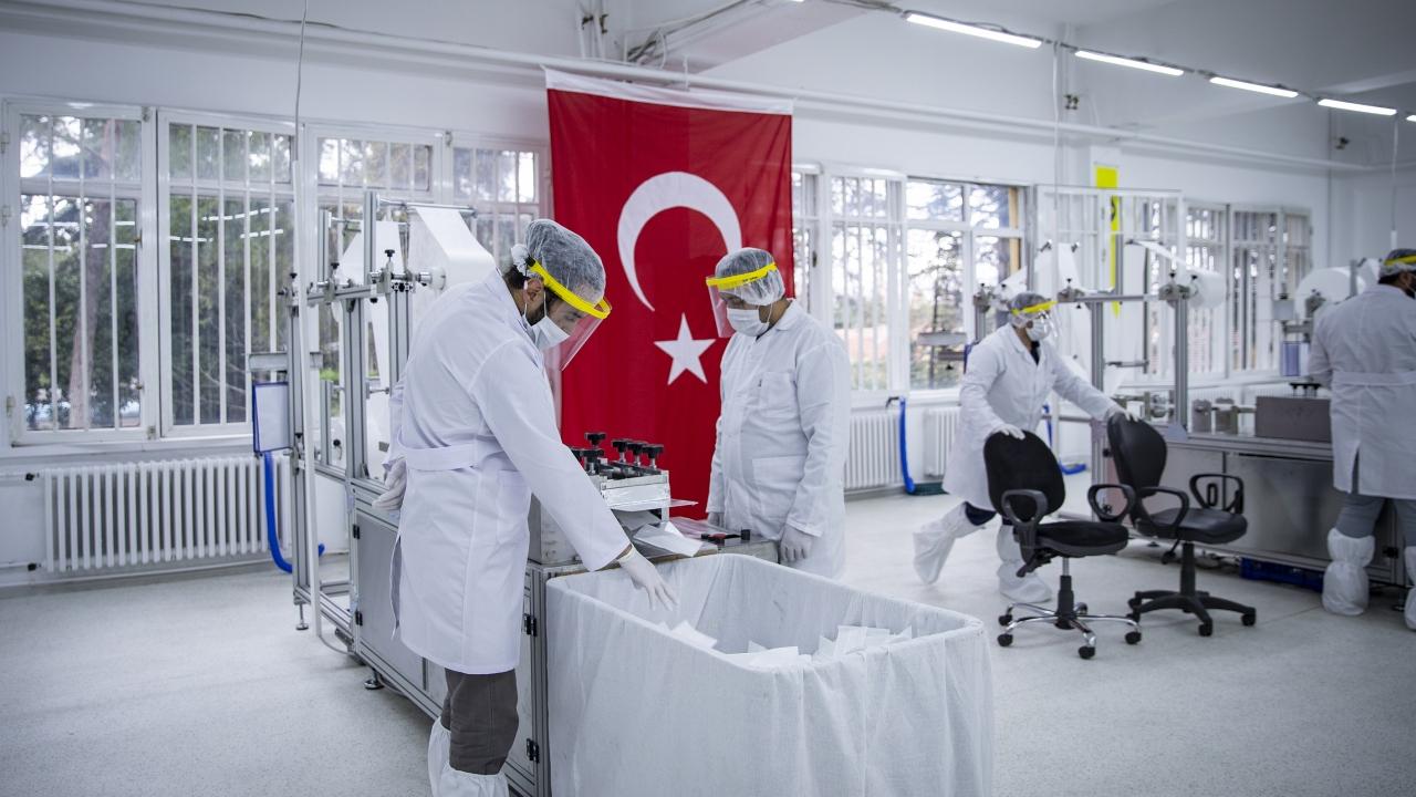 Koronavirüsle mücadele kapsamında koruyucu sağlık malzemesi üretiminde önemli görev alan MKEK`e bağlı MAKSAM Makina ve Maske Fabrikası`ndaki çalışmalar 7 gün 24 saat esasına göre aralıksız devam ediyor.
