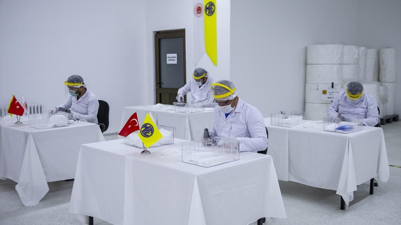 Maske üretim kapasitesini iki kattan fazla artıran fabrikada cerrahi maskeden panaromiğe, KBRN maskelerinden, sağlık personelinin kullandığı N95 maskelerine kadar çok sayıda malzeme, uluslarası standartlara uygun olarak son teknolojiyle üretiliyor.