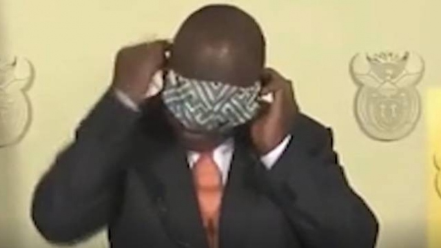 Güney Afrika Devlet Başkanı'nın maske ile imtihanı kamerada