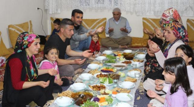 Aileler ramazan sofrasında buluştu