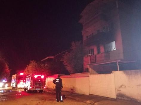 Aydında çıkan ev yangınında yaşlı çift dumandan etkilendi