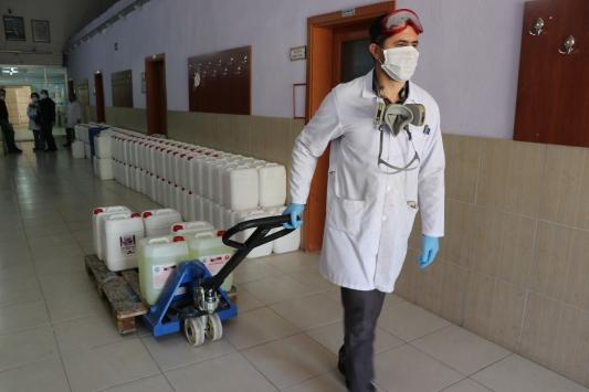 Bandırmada meslek lisesi öğretmenleri her gün dezenfektan üretiyor