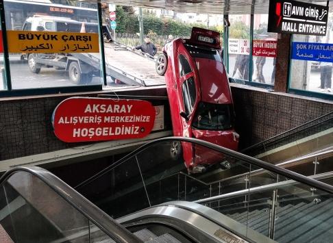 İstanbulda kaza geçiren otomobil Yeraltı Çarşısı girişinde askıda kaldı