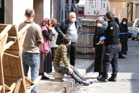 Beyoğlunda bir evin mutfağında çıkan yangında 3 kişi yaralandı