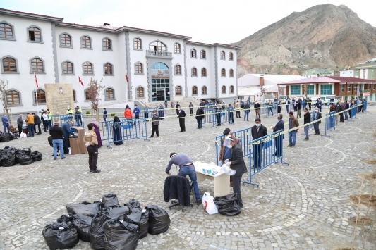 Erzurumun Oltu ilçesinde vatandaşlara 10 bin maske dağıtıldı