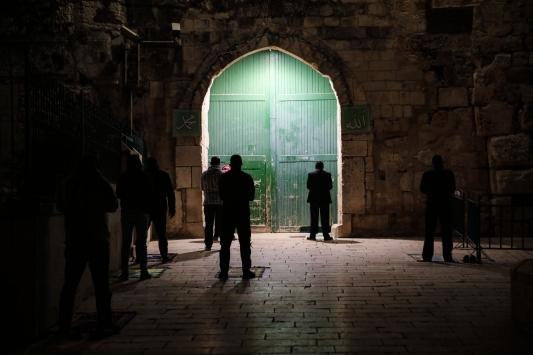 Doğu Kudüslüler teravih namazını Mescid-i Aksanın kapılarında kılıyor