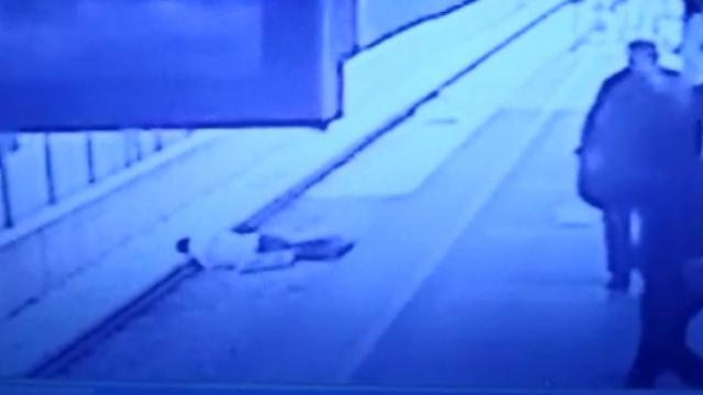 Metroda bayılan genç raylara düştü