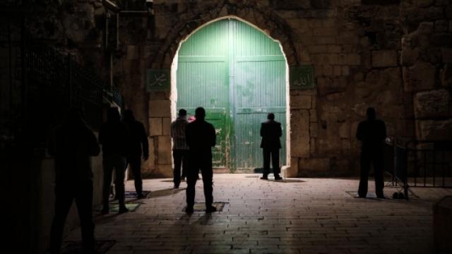 Filistinliler teravih namazını Mescid-i Aksa'nın kapılarında kılıyor