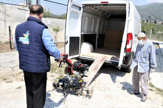 Çapa moturu bozulan Nurettin amcanın yardımına belediye ekipleri koştu