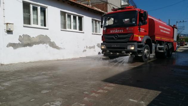 Manisada karantinaya alınan mahalle dezenfekte edildi