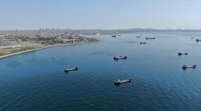 Gemiler Zeytinburnu açıklarında salgının bitmesini bekliyor