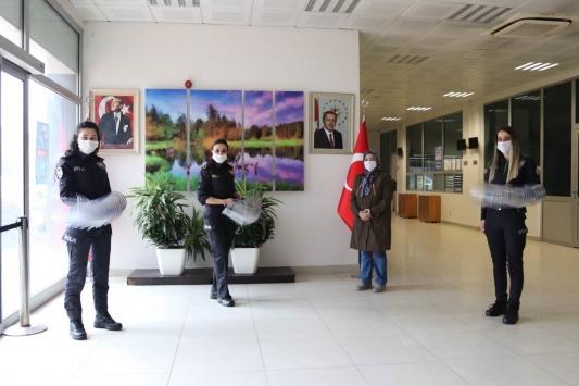 Öğrenciler polis için maske üretti