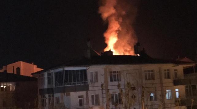 Niğdede 5 katlı binada yangın