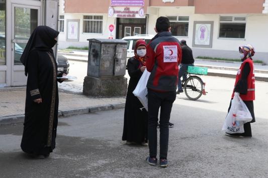 Türk Kızılay Ağrıda maske ve dezenfektan dağıttı
