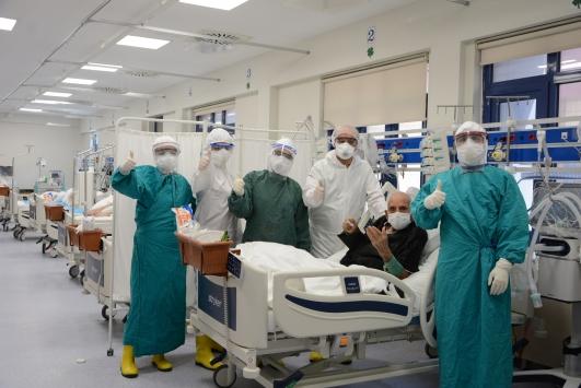 Denizlide Kovid-19 tedavisi gören 100 yaşındaki hasta yoğun bakımdan çıktı