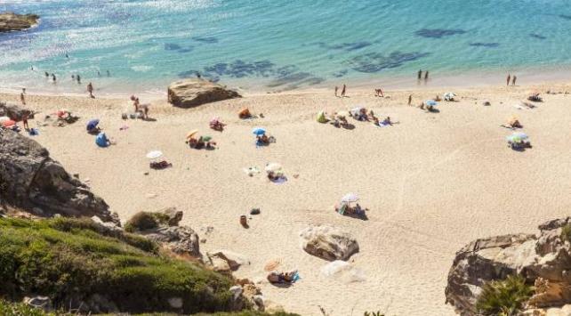 İspanyada plajı çamaşır suyuyla yıkayan belediye özür diledi