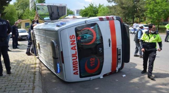 Traktörle ambulans çarpıştı: 5 yaralı