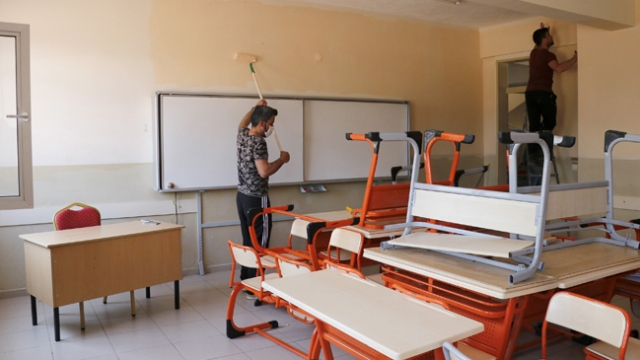 İzolasyon sürecinde kaldıkları okulun tadilatını yapıyorlar