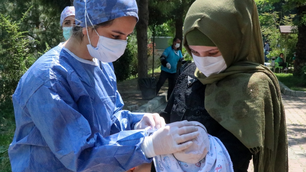 Hastanenin Yenidoğan Kliniği İdari Sorumlusu Doç. Dr. Defne Engür, Aziz bebeğin hayata tutunması için yoğun bakım servisinde görevli sağlık çalışanlarının bir ay boyunca mücadele ettiğini söyledi.
