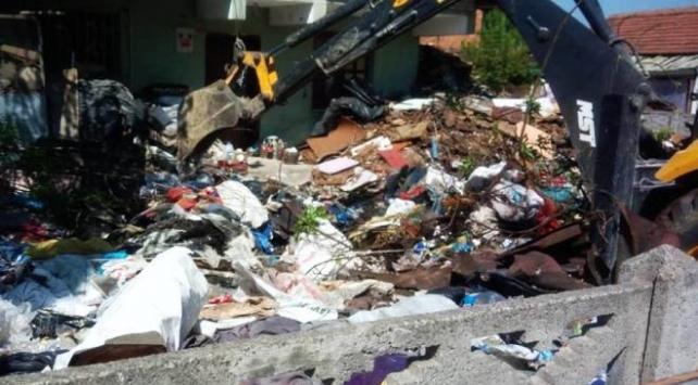 Kötü kokuların geldiği evden 13 kamyon çöp çıkarıldı