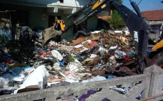 Düzcede kötü kokuların geldiği evden 13 kamyon çöp çıkarıldı