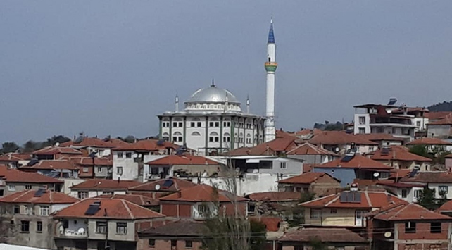 Depremde ağır hasar gördüğü için yıkılan minare yenilendi