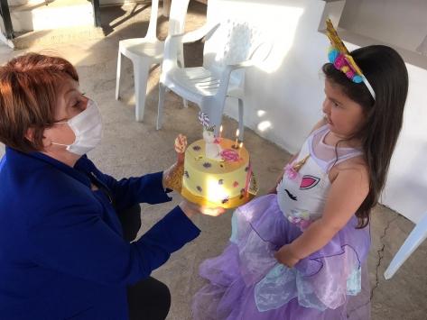 Salgın nedeniyle ailesinden uzak olan küçük Nehire doğum günü sürprizi