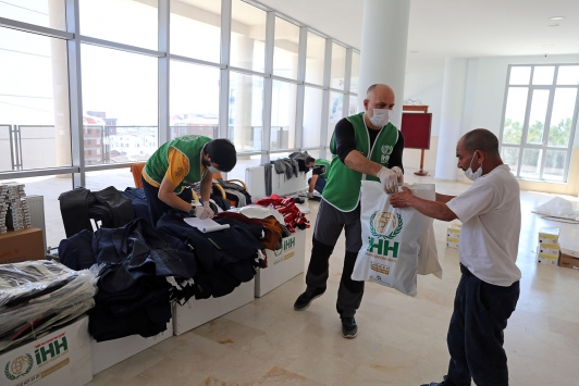 İHH, 35 evsize kıyafet ve hijyen paketi dağıttı