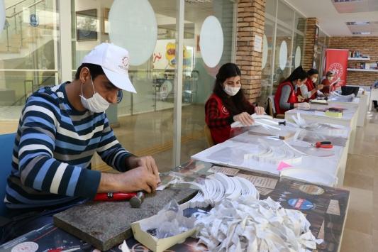 Gençlik merkezi sağlık çalışanları için mesai yapıyor