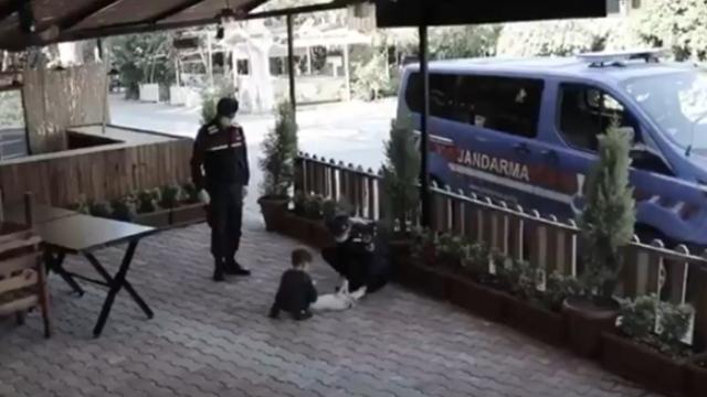 Jandarmaya el sallayan çocuklara hediye