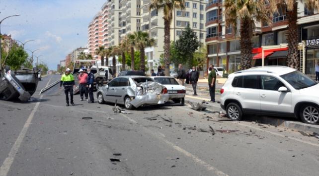 Kahramanmaraşta kontrolden çıkan otomobil 5 araca çarptı