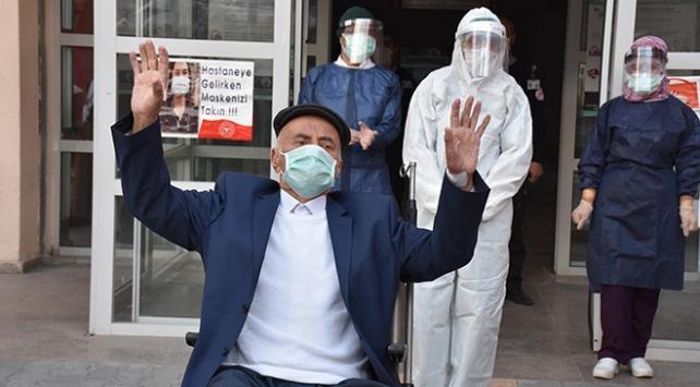 Koronavirüsü yenen yaşlı adam alkışlarla taburcu edildi