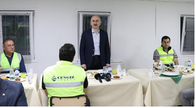 Ulaştırma ve Altyapı Bakanı Karaismailoğlu işçilerle iftar yaptı