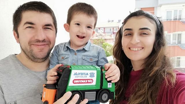 2 yaşındaki Bartu'ya belediyeden oyuncak sürprizi