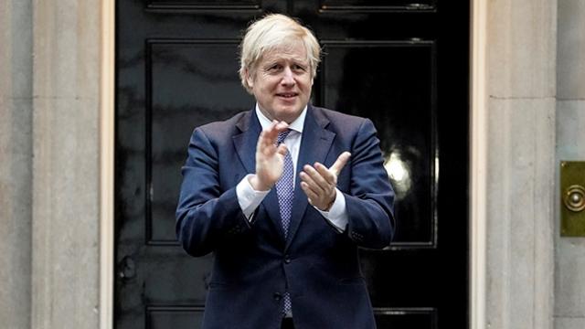 İngiltere Başbakanı Jonhson'dan sağlık çalışanlarına alkışlı destek