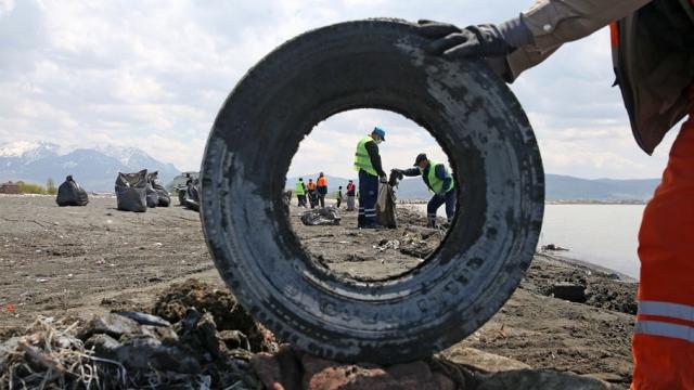 Van Gölü sahilinden 110 ton çöp çıktı
