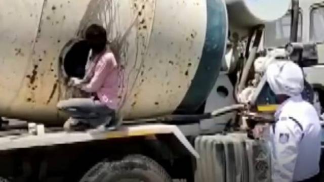 Hindistan'da kaçak göçmen işçiler beton mikserinde yakalandı