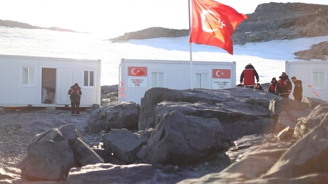 Antarktika'da Türk bayrağı dördüncü kez dalgandı