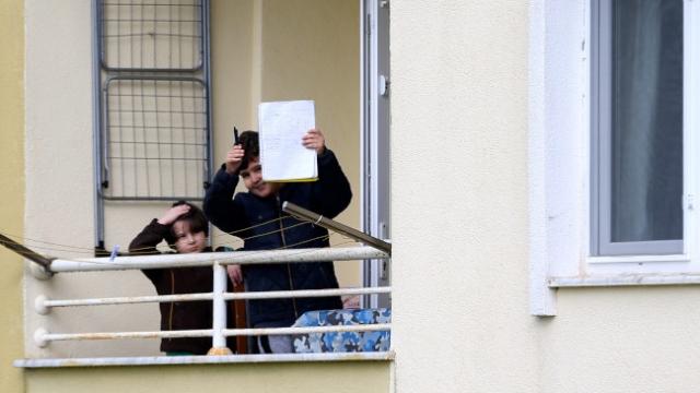 Çocuklar balkondan balkona isim şehir oynuyor