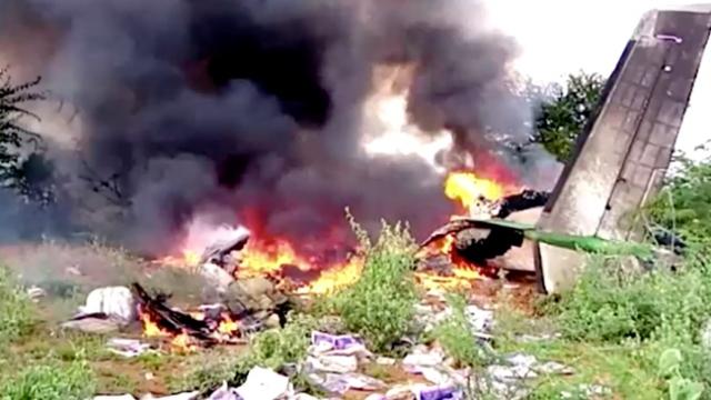 Somali'de düşen uçağın yanan enkazı görüntülendi