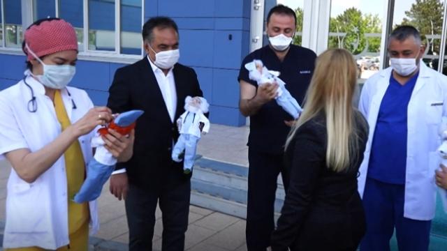 Sağlık çalışanlarına 'kahraman bebekler' ile destek oluyorlar