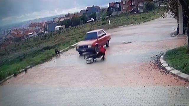 Bisiklete binen çocuklar otomobille çarpıştı