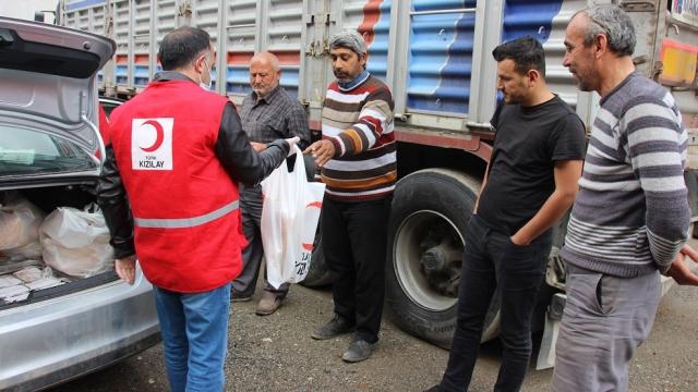 Türk Kızılaydan yolda kalan şoförlere iftarlık