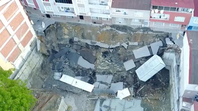 Esenler'de çatlaklar oluşan yol ve istinat duvarı çöktü