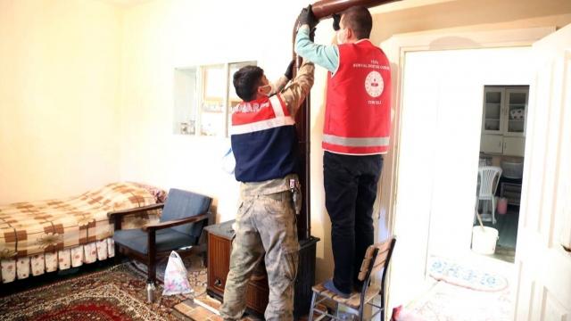 Vefa ekibi, Emine Nine'nin bahar temizliğini yaptı